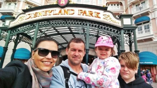 Pred vstupom do Disneylandu sa samozrejme nechceli fotiť, lebo chceli ísť už dnu :))
