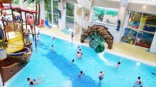 Večer po príchode si tatino s Kiarkou užili ešte bazén v hoteli