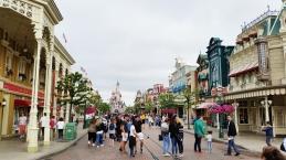 Main street plná obchodov a občerstvenia
